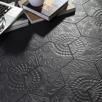 azulejos-coleccion-gaudi-hexagonal-ambiente-negro